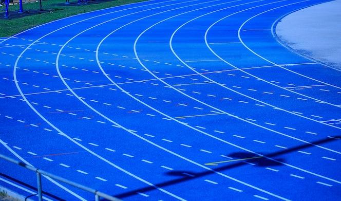 cancha atlética azul lista para un campeonato