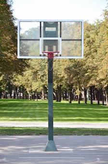 Cancha de baloncesto en la calle vacía.