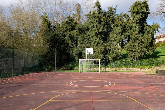 Cancha de deporte al aire libre en el parque público. concepto de deporte amateur. copia espacio