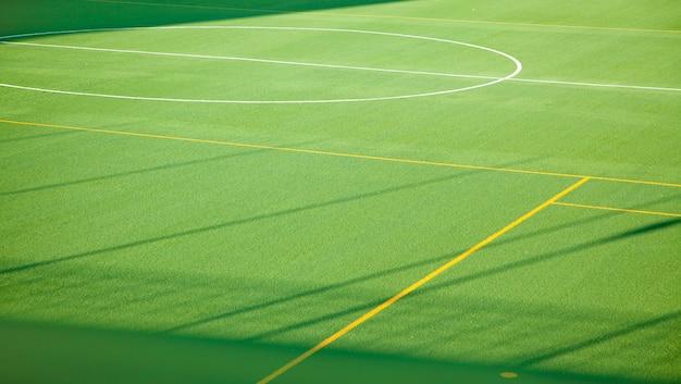 Cancha de futbol deportiva verde para multiples deportes.