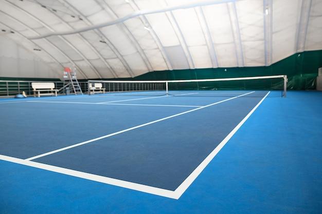 La cancha de tenis cubierta abstracta