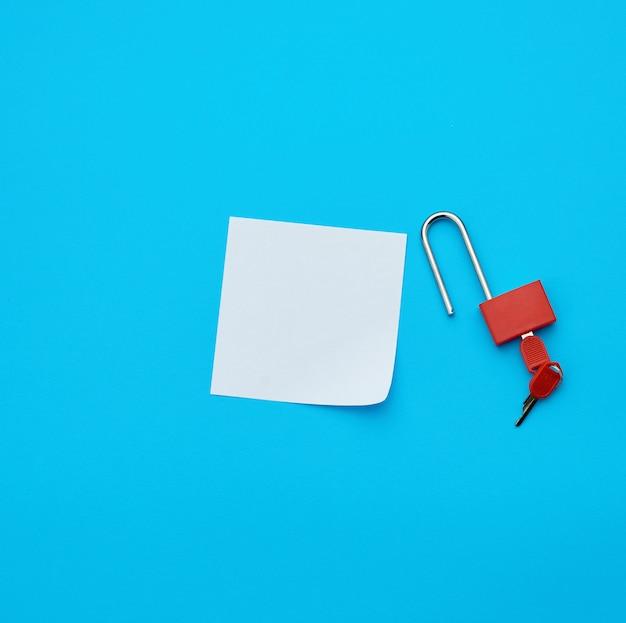 Candado abierto de papel blanco y metal con llaves
