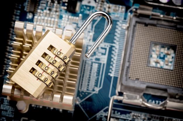 Candado abierto en la placa base de la computadora.