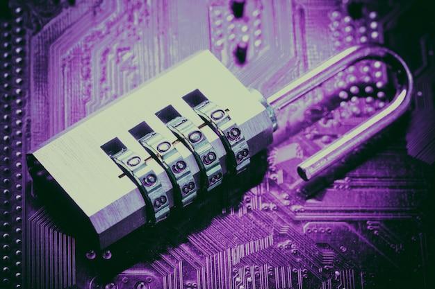 Candado abierto en la placa base de la computadora