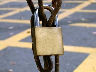 Candado con una cadena oxidada