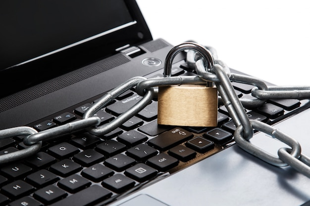 Candado y cadena en el teclado