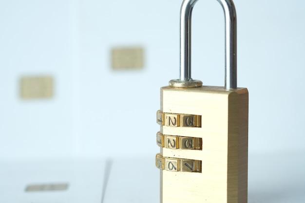 Candado en el concepto de seguridad de la información de privacidad de datos de internet de tarjeta de crédito