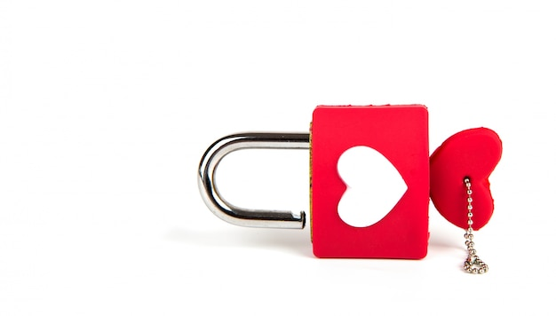 Candado del corazón y clave sobre un fondo blanco