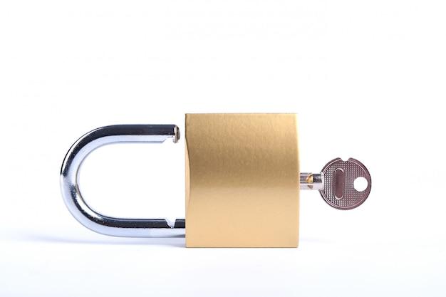 Candado dorado bloqueado con llaves
