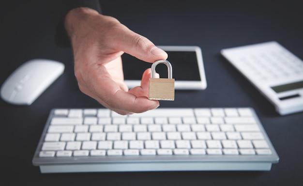 Candado de explotación de mano. escritorio de oficina. seguridad informática e internet