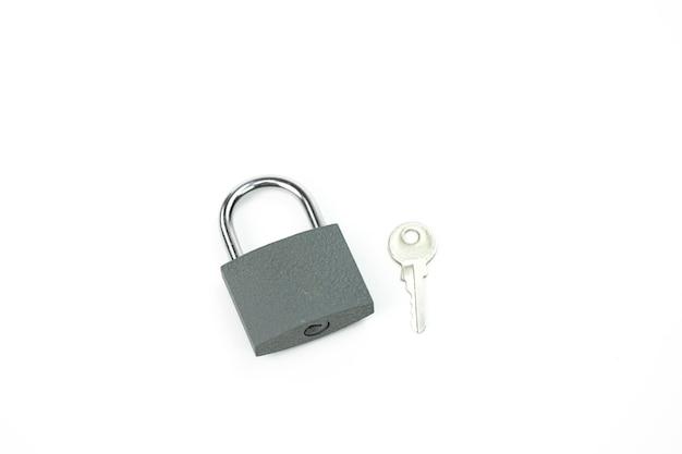 Candado y llave bloqueados: símbolo de seguridad, protección de datos personales