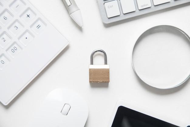 Candado con objetos comerciales. seguridad de internet y tecnología