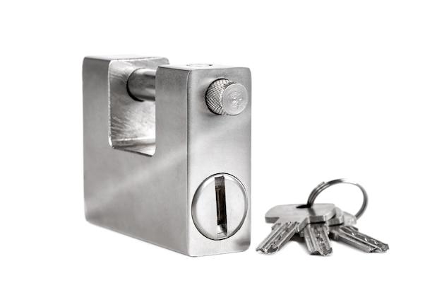 Candado de plata cerrado aislado, objeto