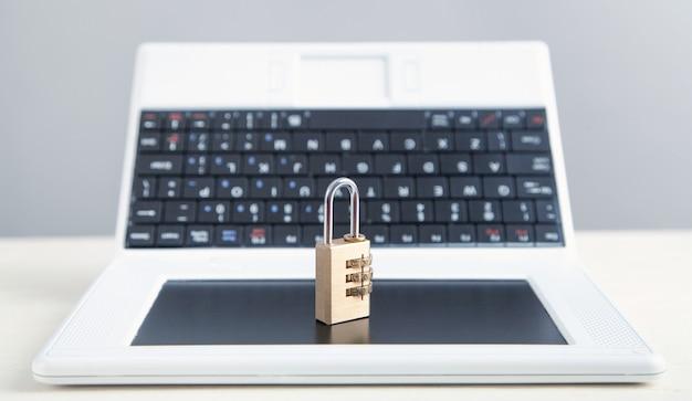 Candado y portátil. seguridad informática e internet