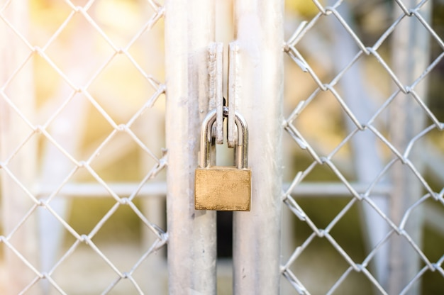 Candado en puerta de alambre de acero