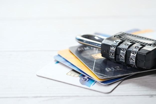 Candado en la tarjeta de crédito, concepto de seguridad de la información de privacidad de datos de internet.