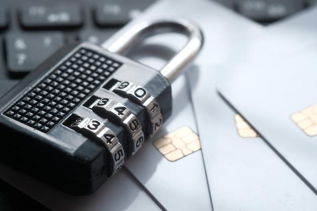 Candado y tarjetas de crédito en la computadora portátil. concepto de seguridad de la información de privacidad de datos de internet