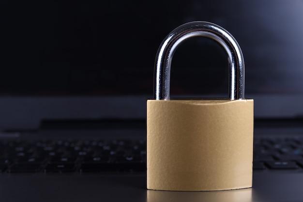 Candado en el teclado de la computadora. concepto de seguridad de información de privacidad de datos de internet.