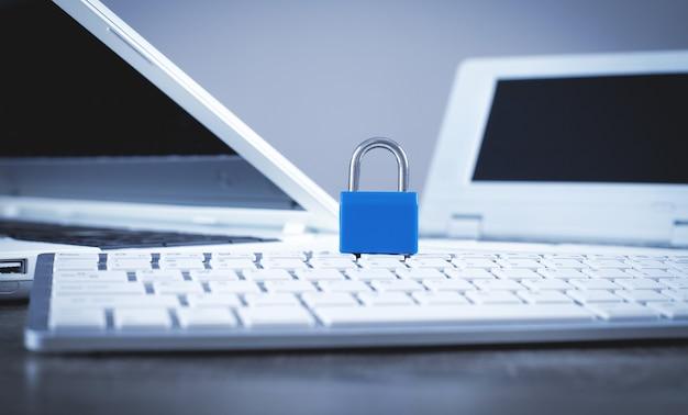 Candado en el teclado de la computadora. seguridad informática e internet