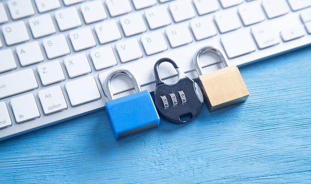 Candado y teclado de computadora. seguridad