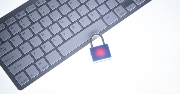 Candado y teclado de computadora. seguridad Foto Premium