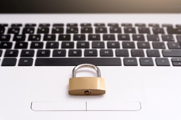 Candado en el teclado del portátil, concepto de seguridad