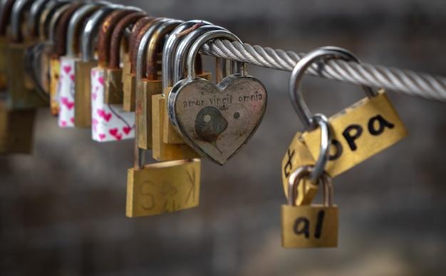 Candados de amor en un cable en un puente