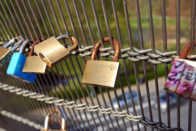 Candados de amor en el puente