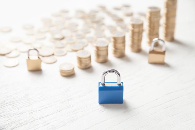 Candados y monedas finanzas seguridad