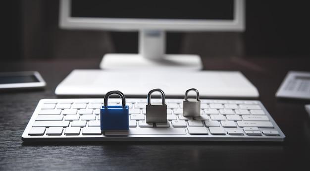 Candados en el teclado de la computadora. seguridad