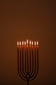 Candelabro religioso en llamas