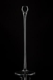 Candelabros altos de vidrio contra negro