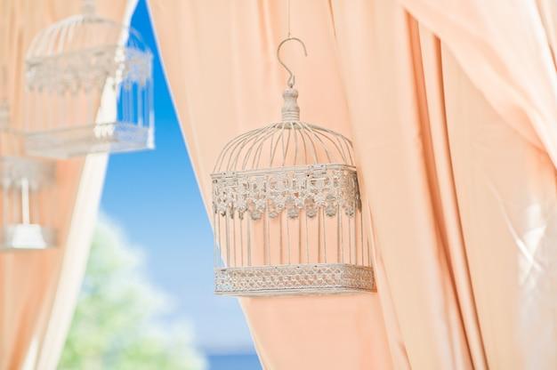 Candelabros decorativos en la decoración del banquete de bodas.