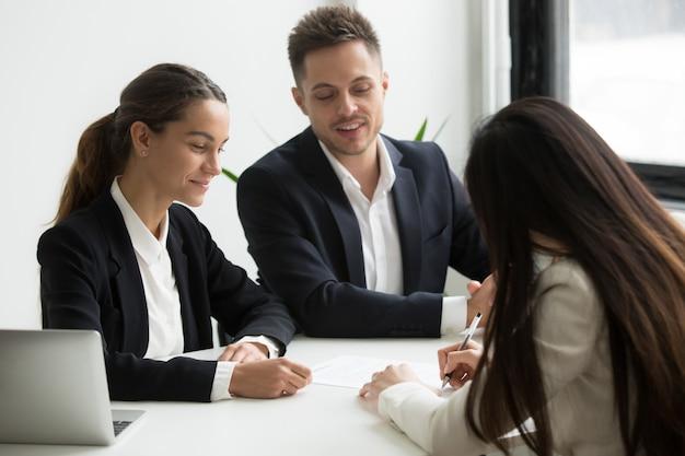 Candidato de cierre de trabajo con posibles empleadores