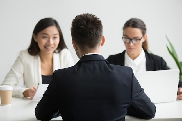 Candidato masculino entrevistado por equipo diverso de recursos humanos