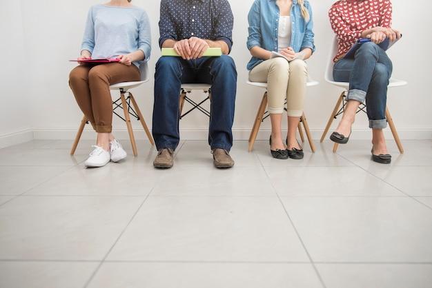 Candidatos esperando una entrevista de trabajo.