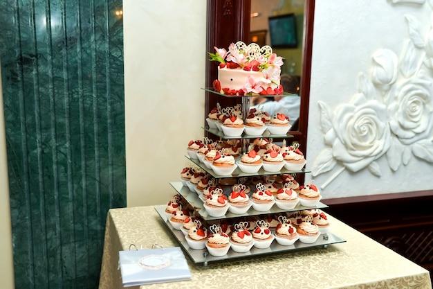 Candy bar delicioso buffet dulce con pastelitos. dulce buffet de vacaciones con cupcakes