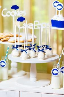 Candy bar en la fiesta del bebé con muchos dulces y bebidas diferentes