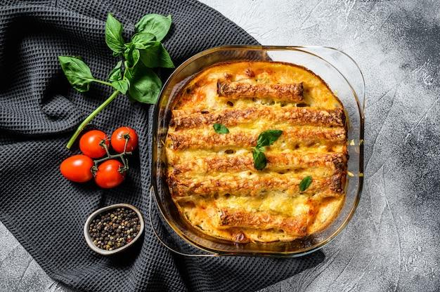 Canelones de carne con salsa de tomate y queso. cocina italiana. vista superior