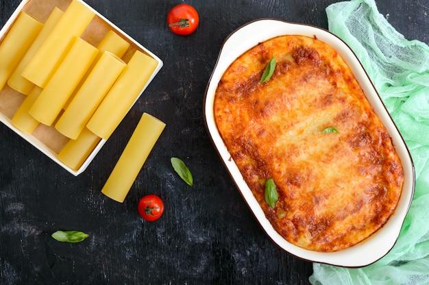 Canelones rellenos con salsa bechamel