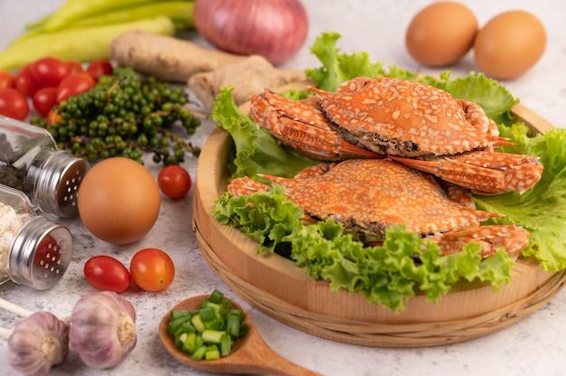 Un cangrejo se cocina sobre lechuga en un plato.