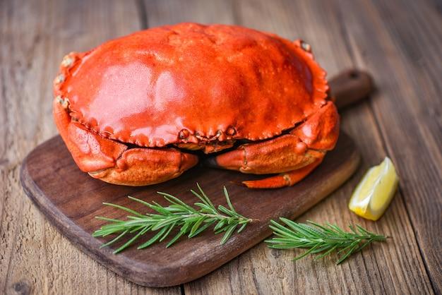 Cangrejo fresco con ingredientes