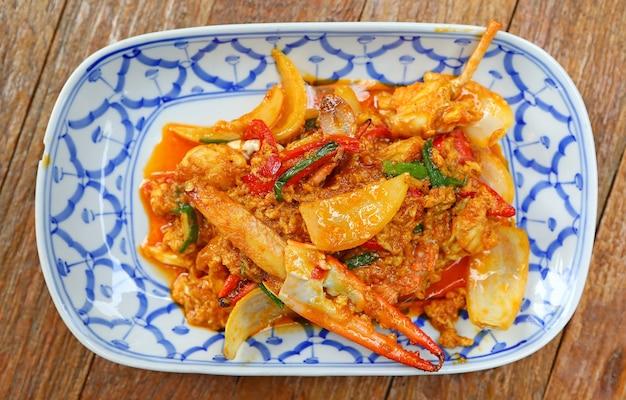 Cangrejo frito con curry en polvo.
