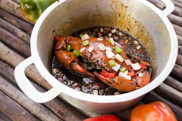 Cangrejo frito con salsa de pimienta negra.