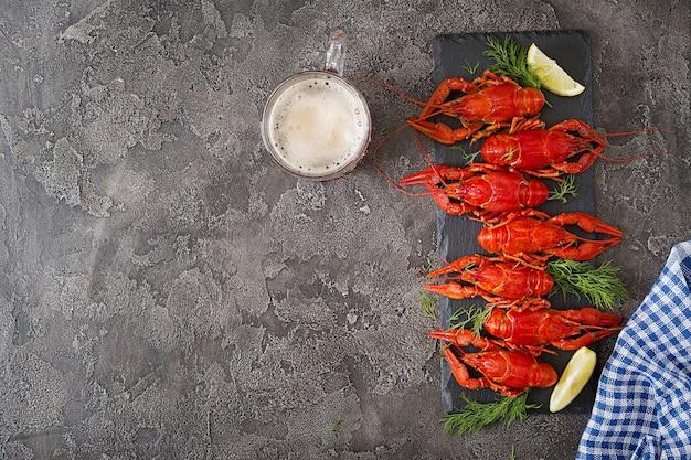 Cangrejo de río. cangrejos hervidos rojos en la tabla en el estilo rústico, primer. langosta de cerca. diseño de la frontera. vista superior. endecha plana.