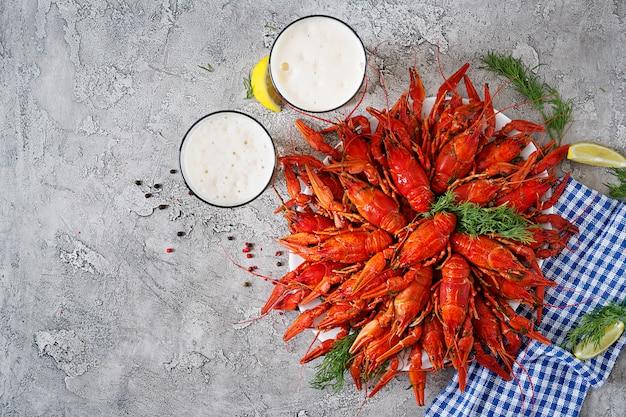 Cangrejo de río. cangrejos hervidos rojos en la tabla en el estilo rústico, primer. langosta de cerca. diseño de la frontera