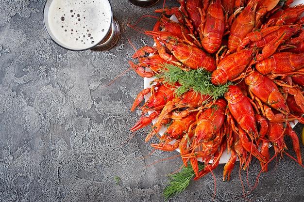 Cangrejo de río. cangrejos hervidos rojos en la tabla en el estilo rústico, primer. langosta de cerca. diseño fronterizo. vista superior