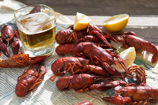 Cangrejo de río. cangrejos hervidos rojos en la tabla en el estilo rústico, primer. langosta de cerca.