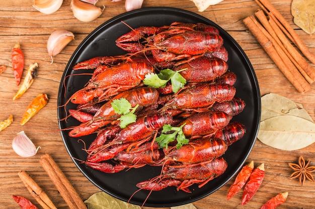 Cangrejo de río. cangrejos hervidos rojos en la tabla en el estilo rústico, primer de la langosta.