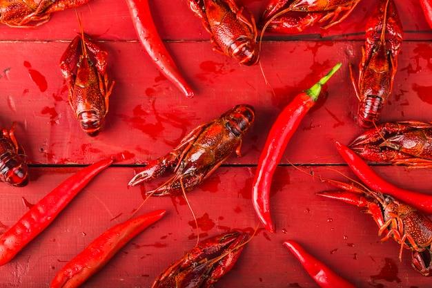 Cangrejo de río. crawfishes hervidos rojos en la tabla en estilo rústico, primer de la langosta.